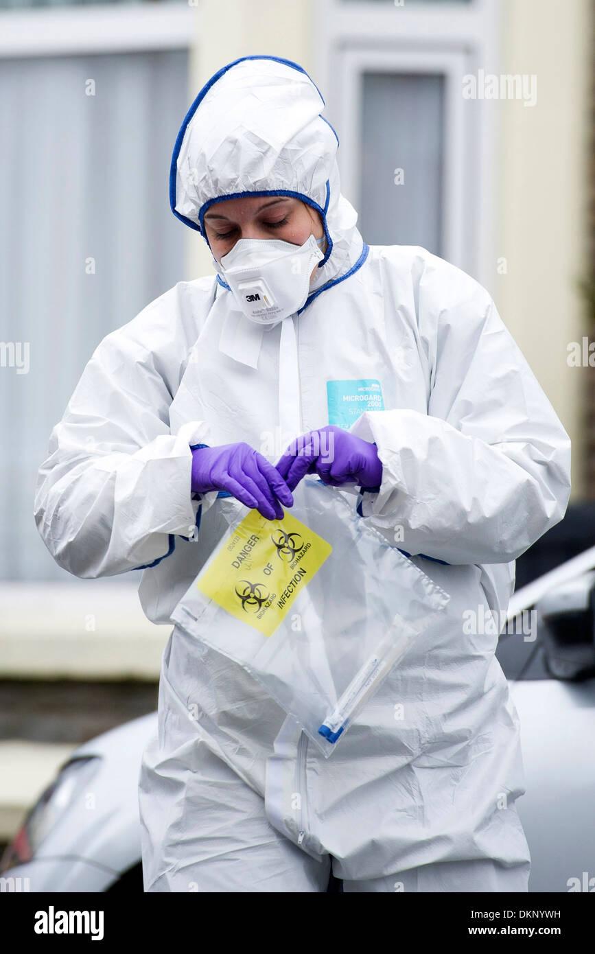 Eine Polizei-Szene von Kriminalität Offizier eine Beweis Tasche während eine Polizeiuntersuchung Verbrechen in Cardiff zu halten. Stockbild