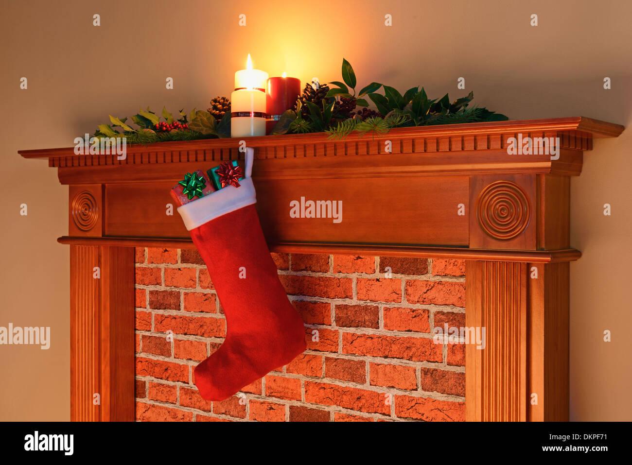 Ein Weihnachts-Strumpf voller Geschenke hängen von einem Kaminsims ...