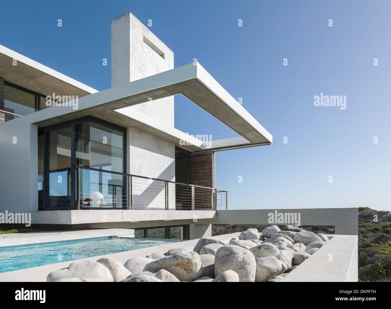 Felsen entlang Sportbecken außen modernes Haus Stockfoto, Bild ...