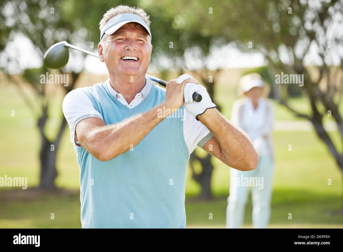 Älteres Paar auf Golfplatz Stockfoto