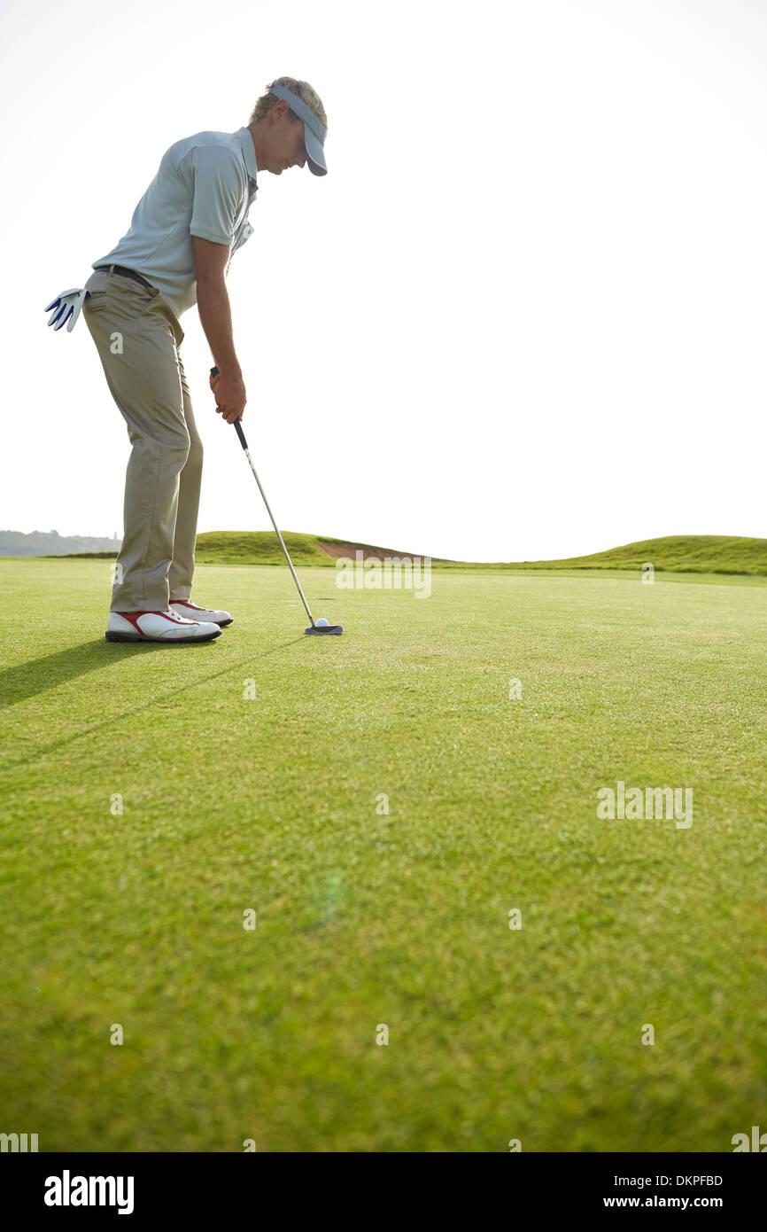 Mann, der auf Golfplatz Stockbild