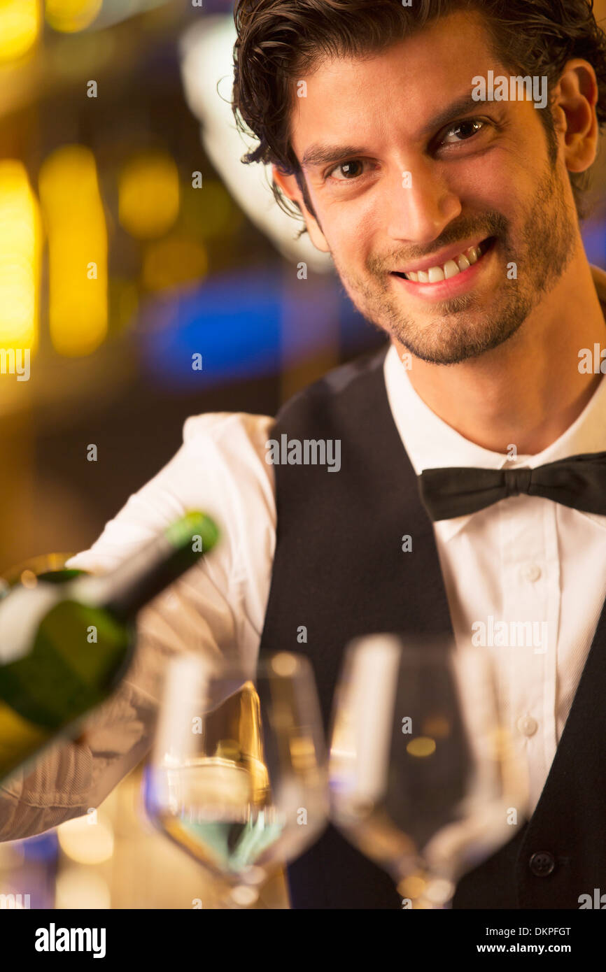 Porträt von gut gekleidete Barkeeper gießt Wein hautnah Stockbild