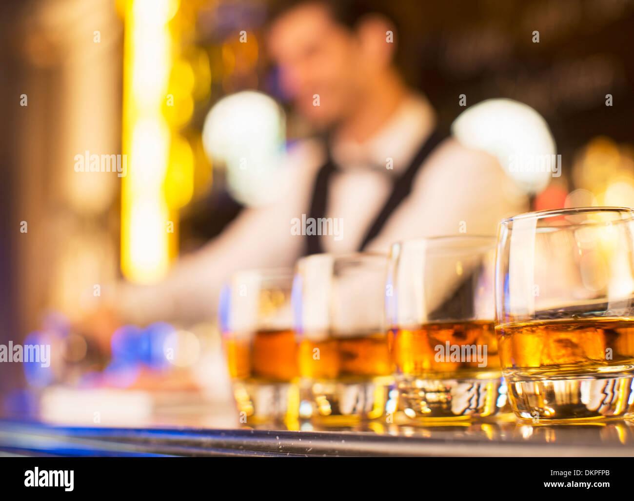 Nahaufnahme von Bourbon in Gläser in einer Reihe auf Bar Stockbild