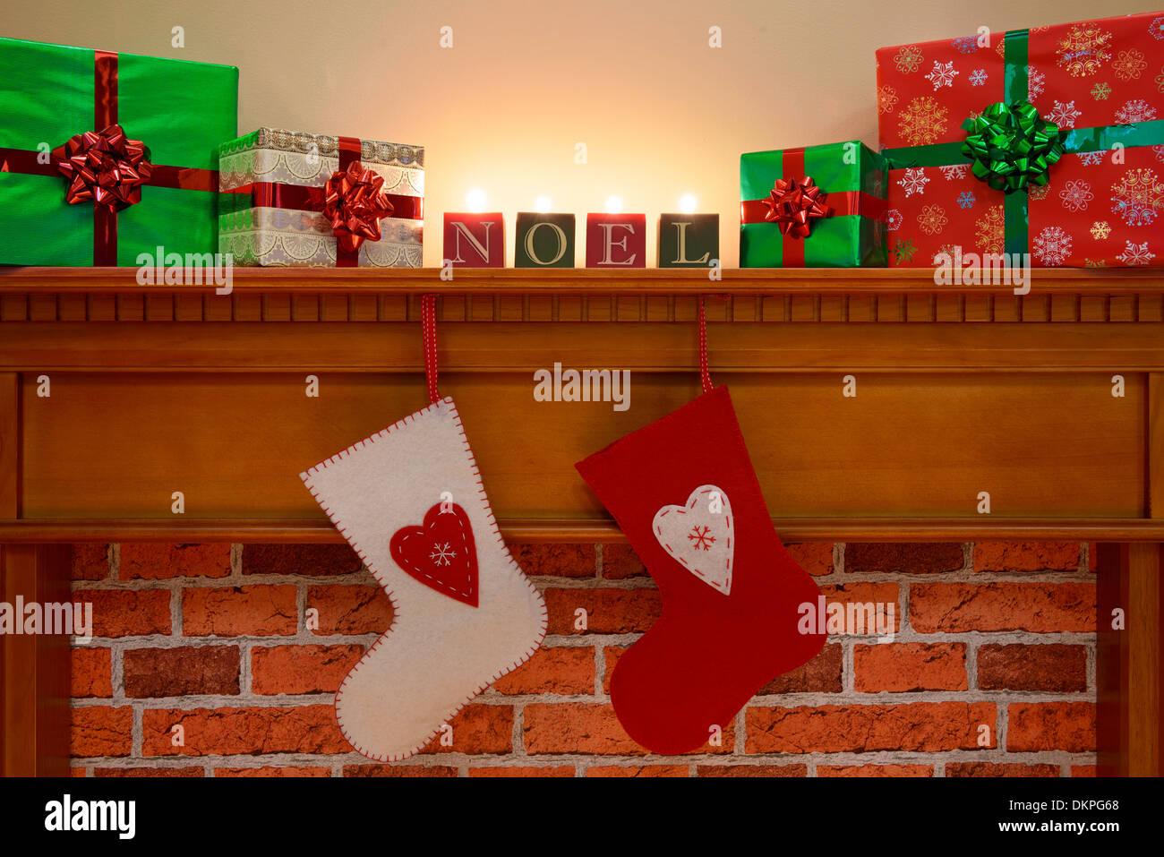 Weihnachtsstrümpfe schwebt über dem Kamin mit Geschenk verpackt ...