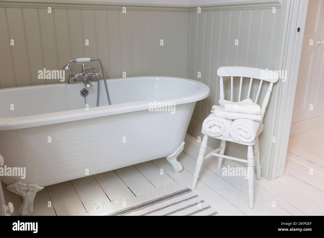 Badewanne und Stuhl im reich verzierten Badezimmer Stockfoto, Bild ...
