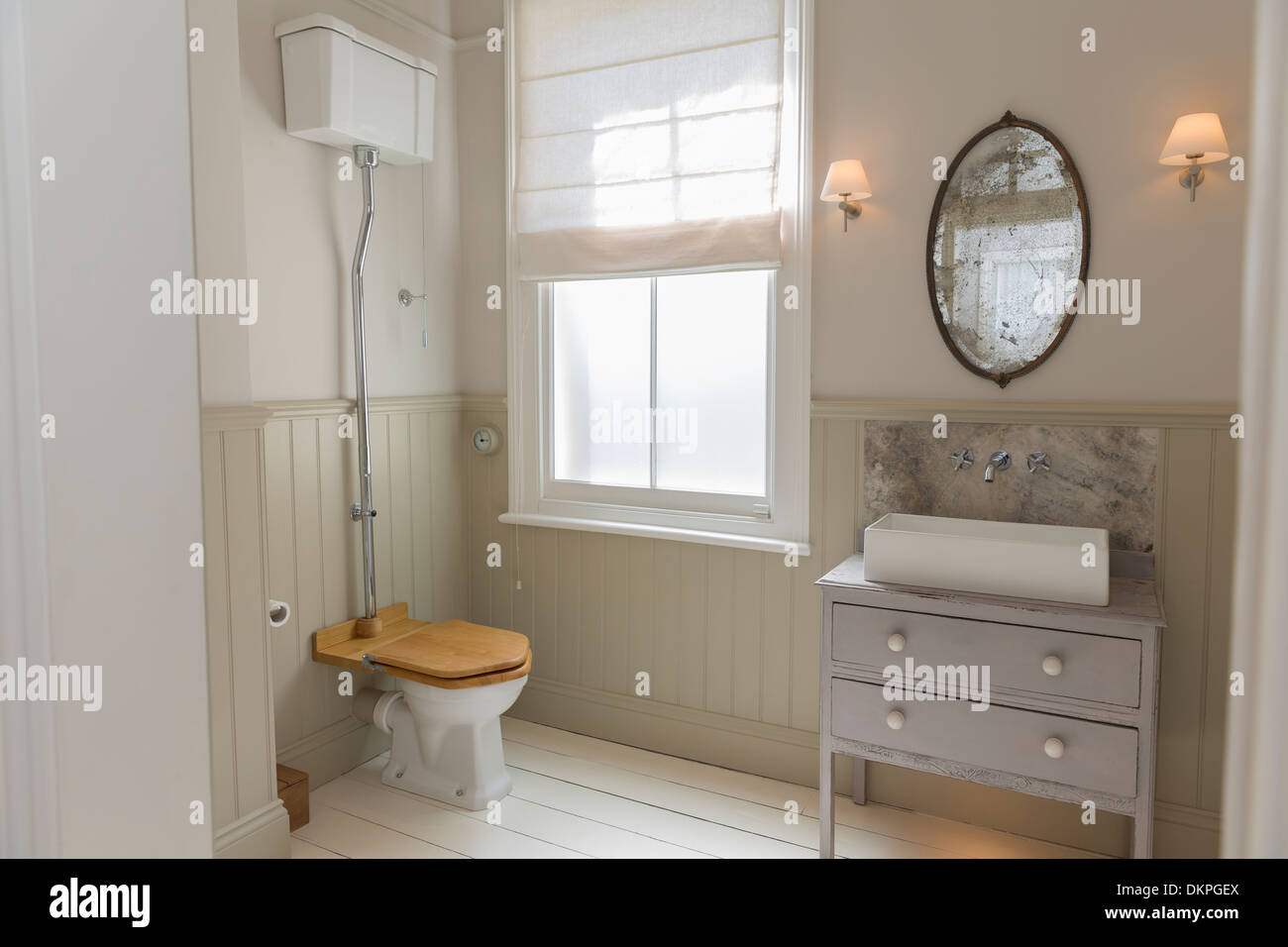 antique toilet stockfotos antique toilet bilder alamy. Black Bedroom Furniture Sets. Home Design Ideas