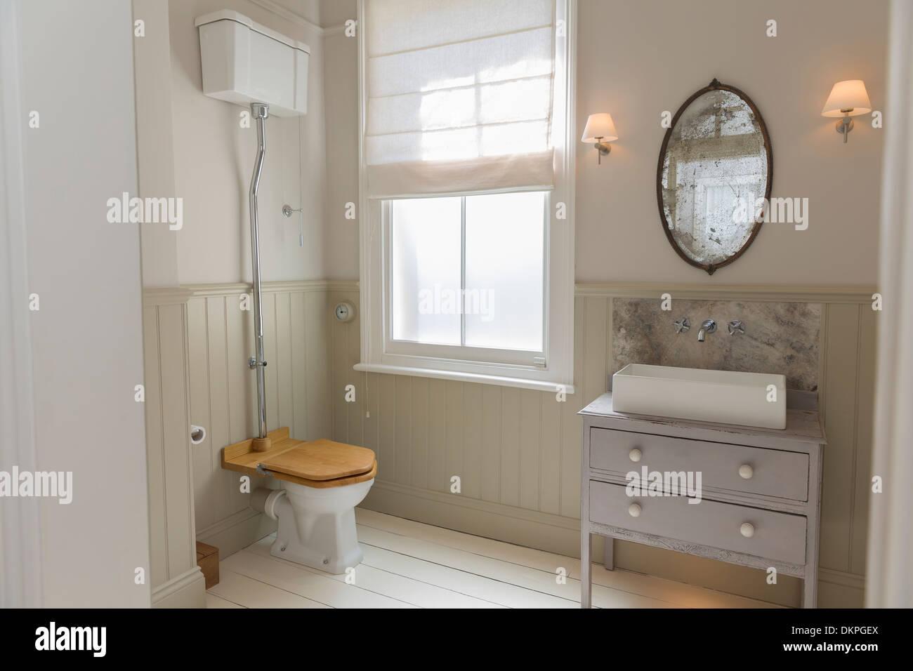 Stockfoto   Toilette Und Waschbecken In Reich Verzierten Badezimmer
