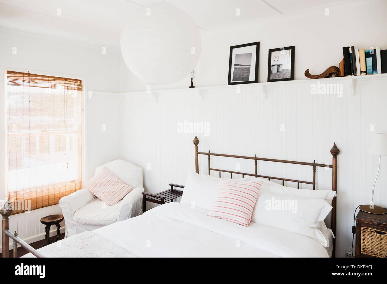 Regal über dem Bett im Schlafzimmer weiß Stockfoto, Bild: 63806194 ...