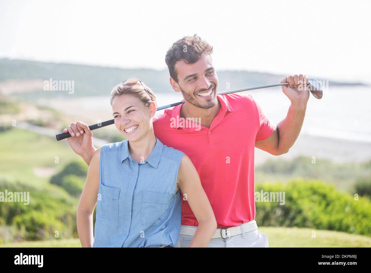 Brautpaar auf Golfplatz Stockbild