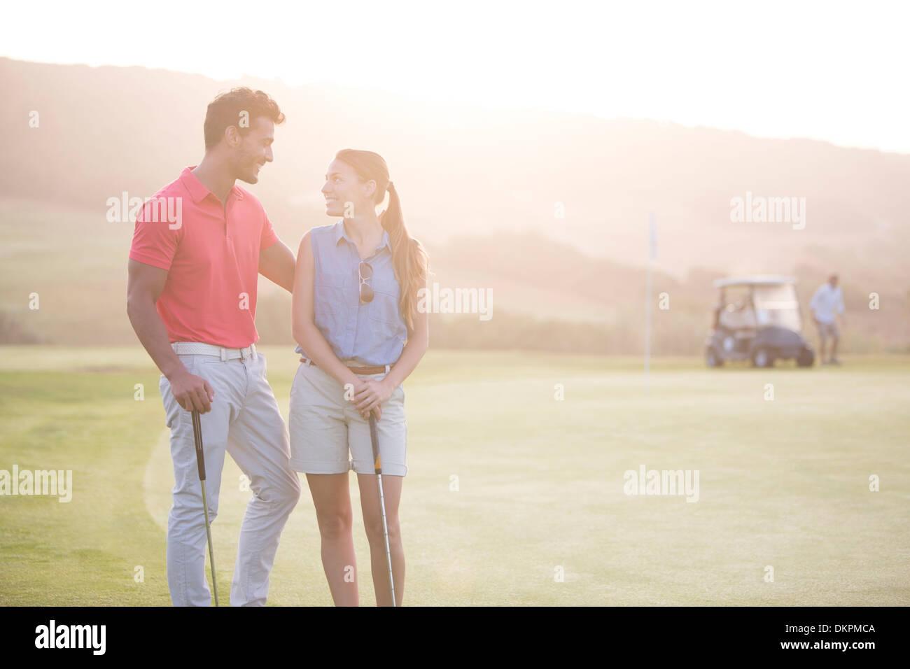 Paar am Golfplatz Stockfoto