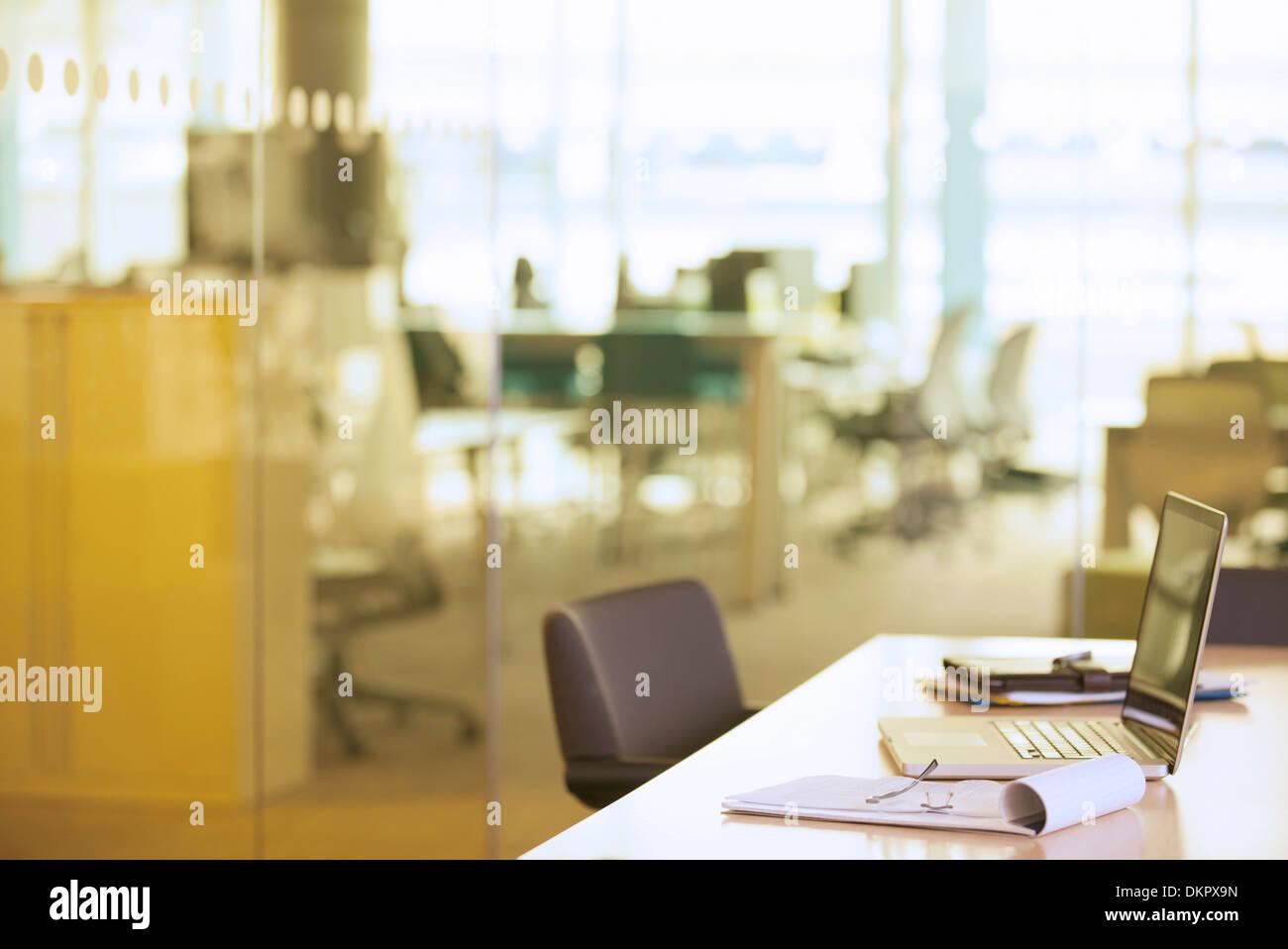 Laptop am Schreibtisch im Büro Stockbild