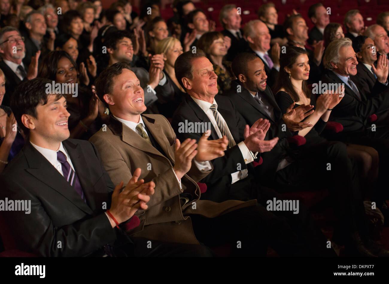 Theater-Publikum klatschte Stockbild