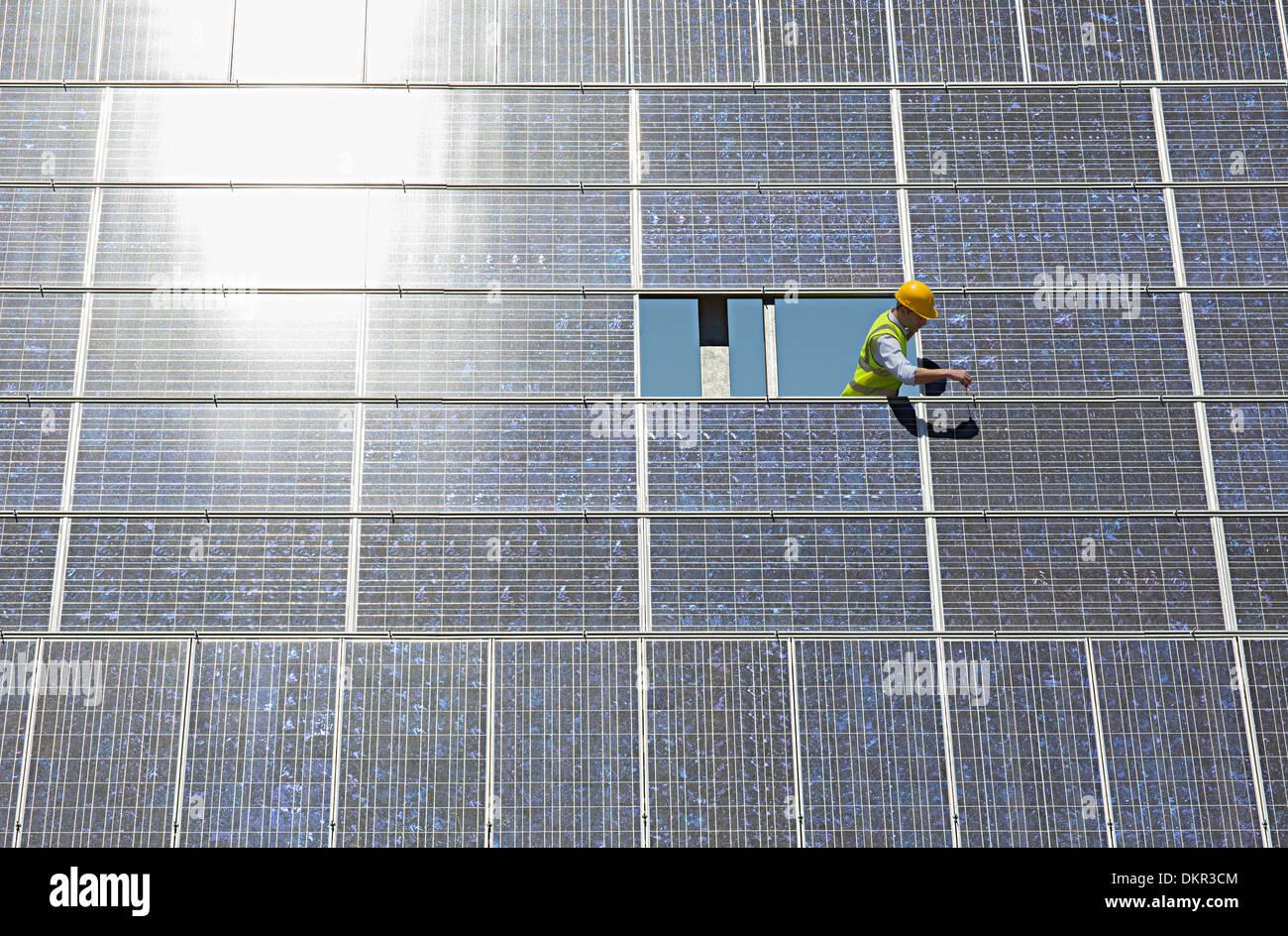 Arbeiter, die Prüfung von Solar-Panel in ländlichen Landschaft Stockbild