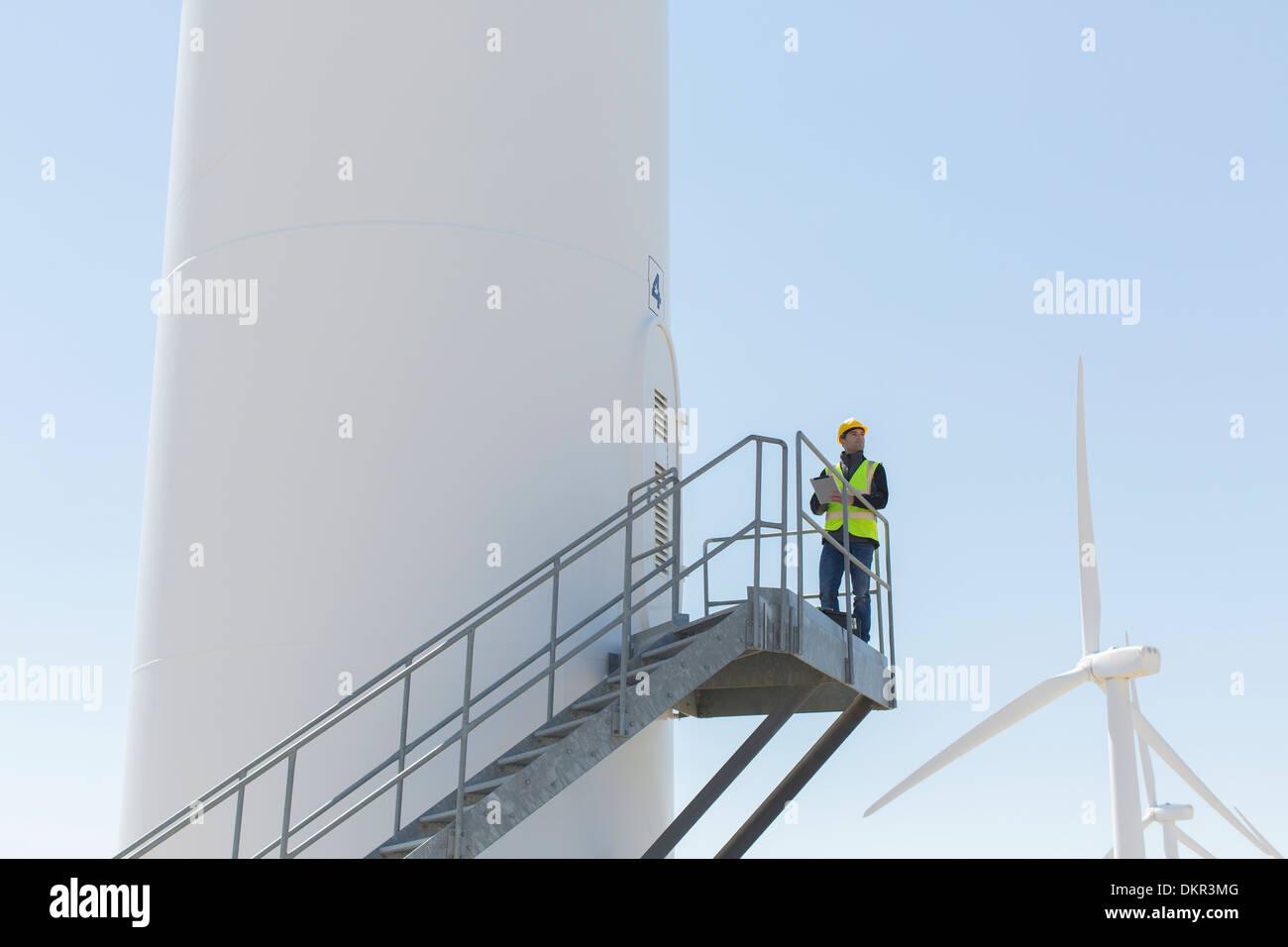 Arbeiter stehen auf Windturbine Stockbild