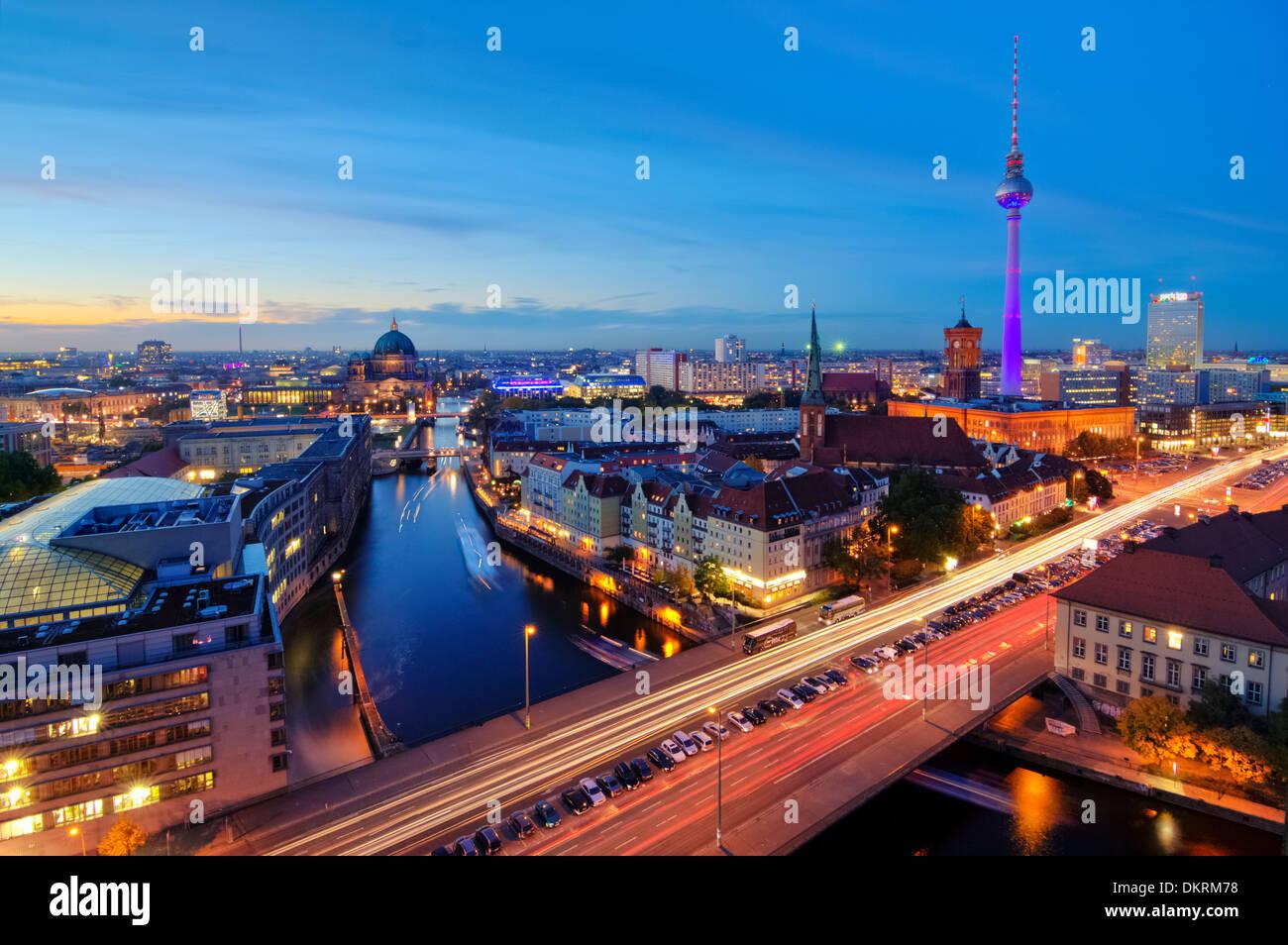 Skyline bei Nacht, Fischerinsel, Berlin-Mitte, Berlin, Deutschland Stockbild