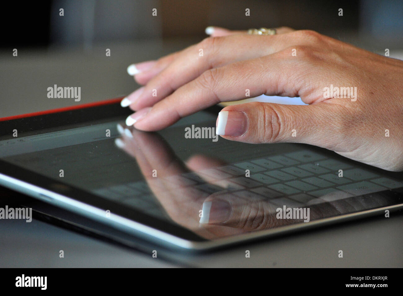 Hand, Finger, Finger, Nägel, Tastatur, iPad, Computer, online ...
