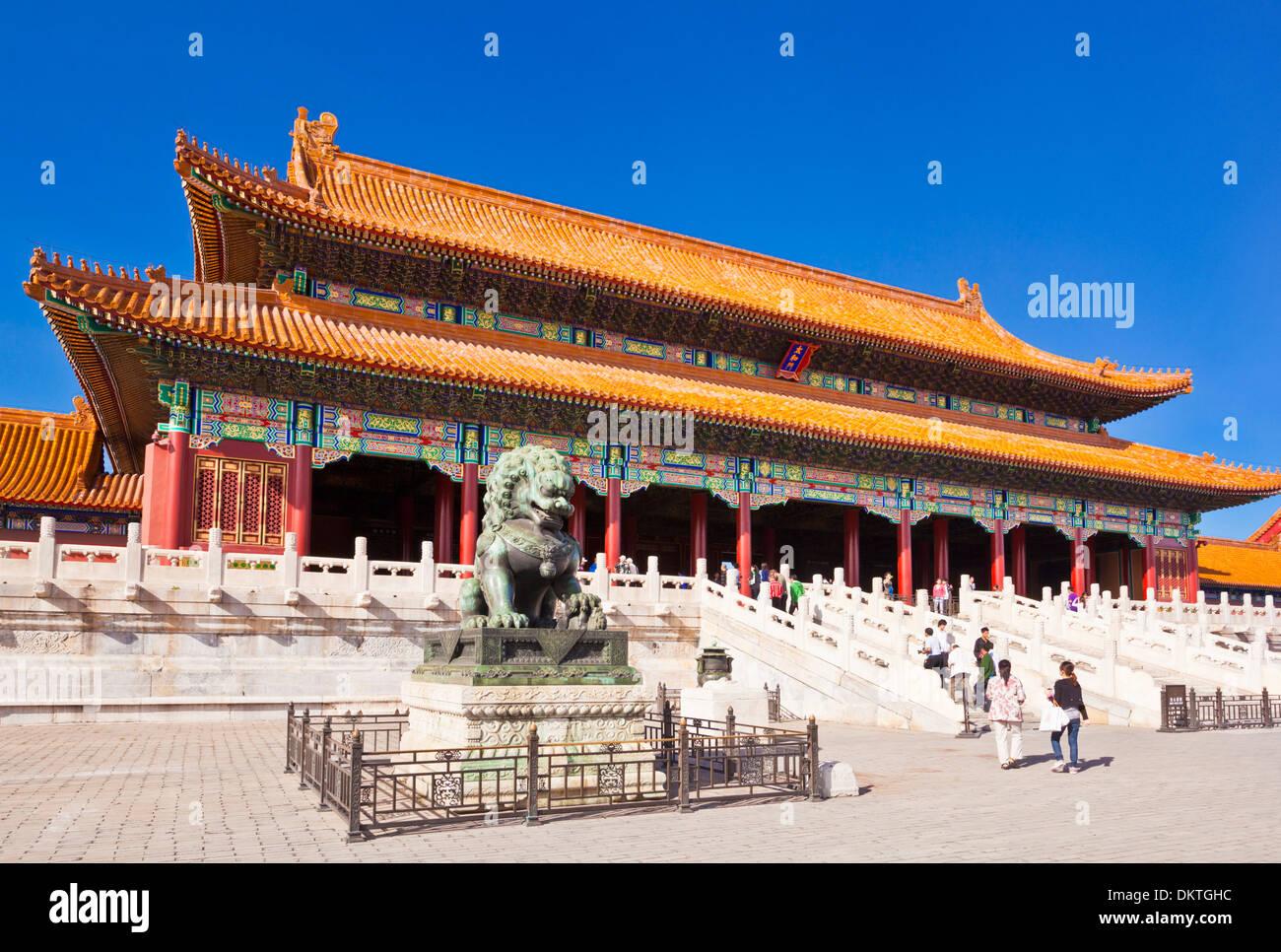 Männlicher Löwe aus Bronze vor der Tor von Supreme Harmonie äußere Gericht verbotene Stadt Peking Völker Volksrepublik China VR China Asien Stockbild