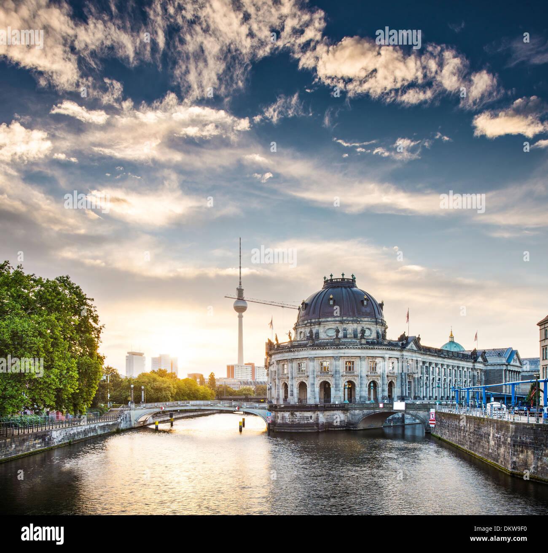 Berlin, Deutschland-Blick auf die Museumsinsel und den Fernsehturm kurz nach Sonnenaufgang. Stockbild