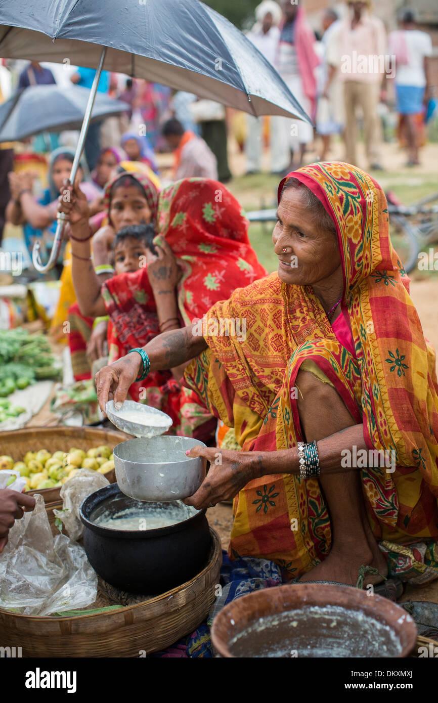 Frauen verkaufen auf dem Markt im Bundesstaat Bihar, Indien. Stockbild