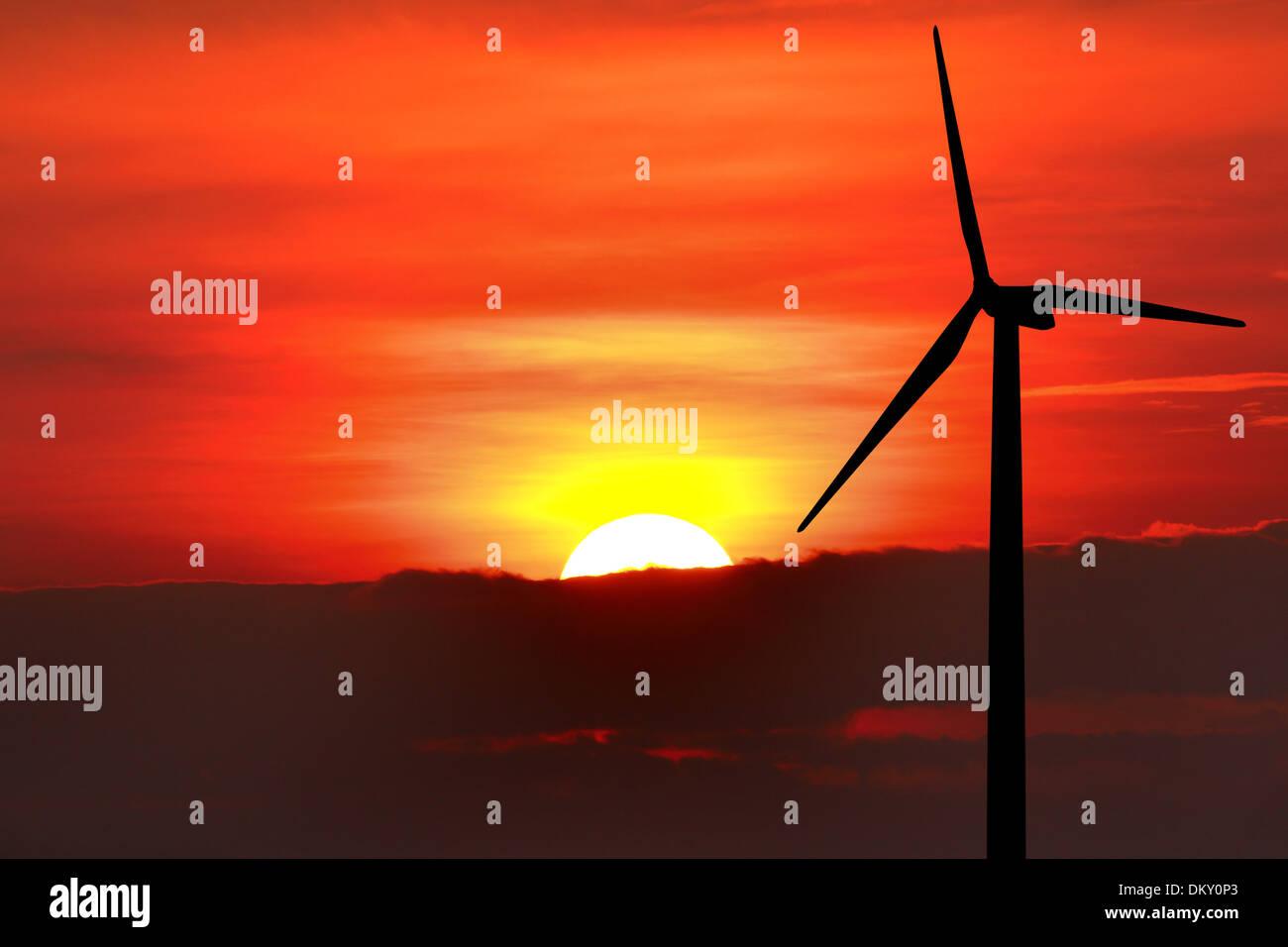 Wind-Turbine-Silhouette auf Sonnenuntergang Hintergrund Stockbild