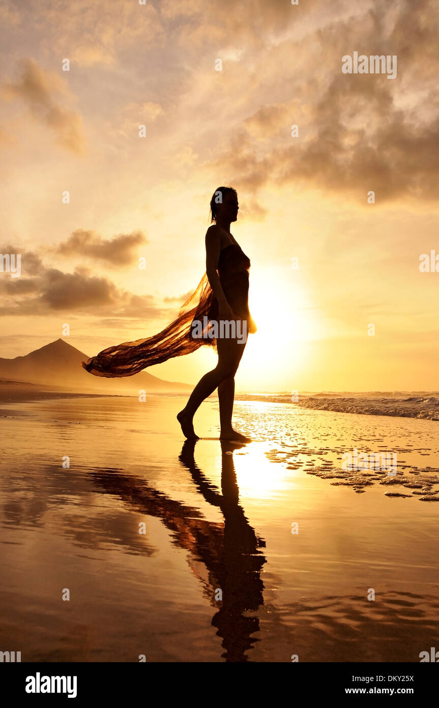 Junge Frau am Strand Cofete, Fuerteventura, Kanarische Inseln, Europa Stockbild