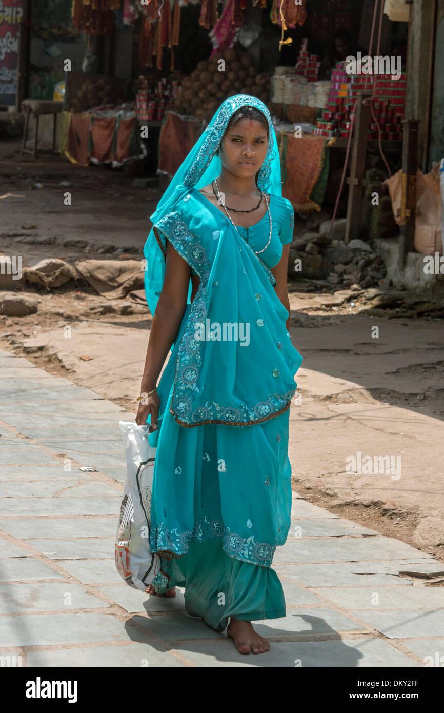 Frau in einen türkisfarbenen Sari Pilger Pfad, Pavagadh Hill, Champaner-Pavagadh archäologischer Park, Bundesstaat Gujarat, Indien Stockbild