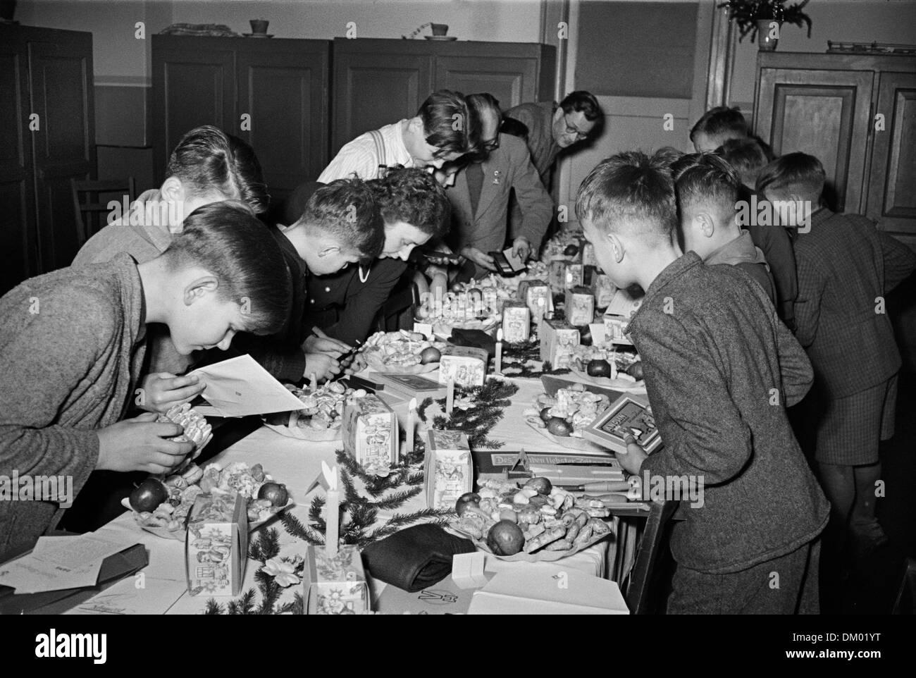 Kinderheim Weihnachtsgeschenke.Weihnachtsgeschenke Sind Auf Einem Tisch Während Der Weihnachtsfeier