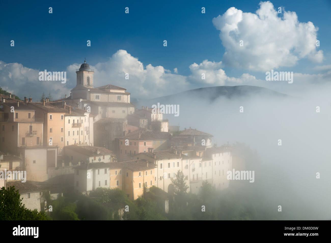 Abeto im Nebel über den Valnerina, Umbrien, Italien Stockbild