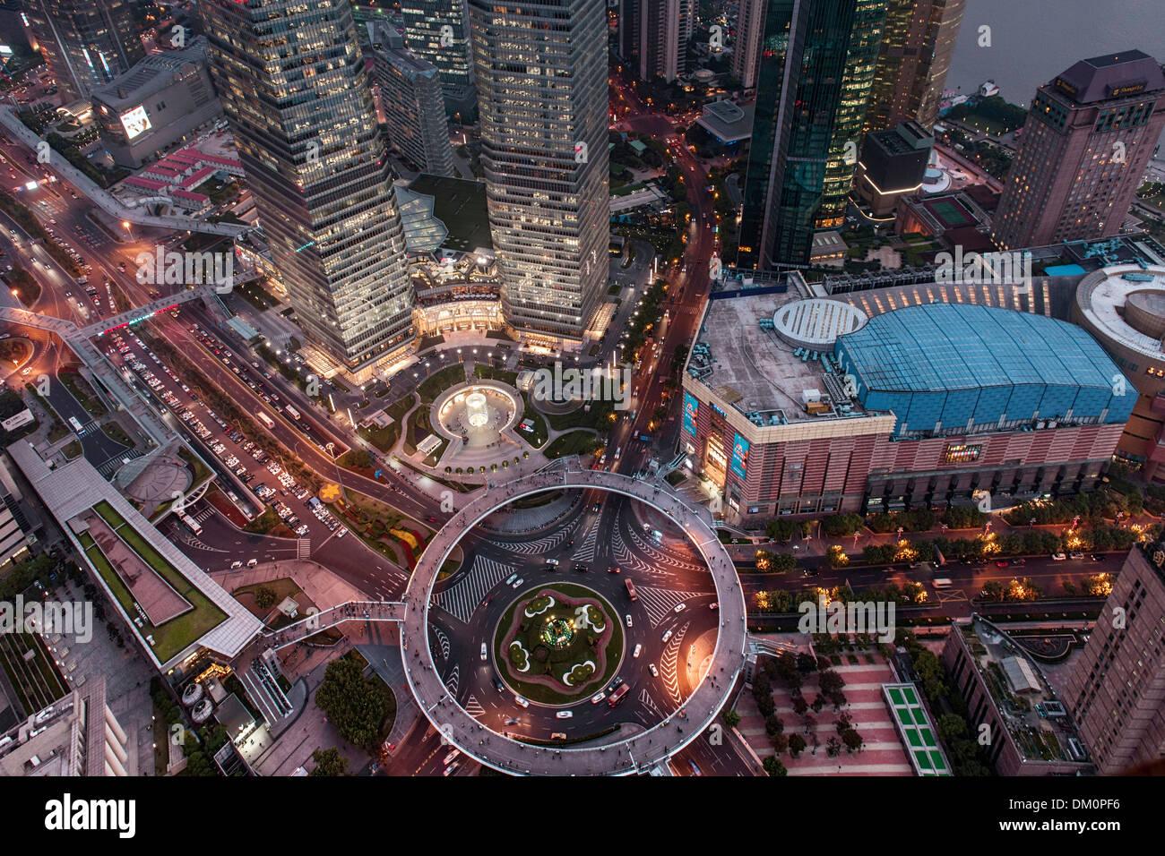 Stadtbild, Blick auf Jin Mao Tower, Shanghai World Financial Center, IFC, SWFC bei Nacht, Lujiazui, Pudong, Shanghai, China Stockbild