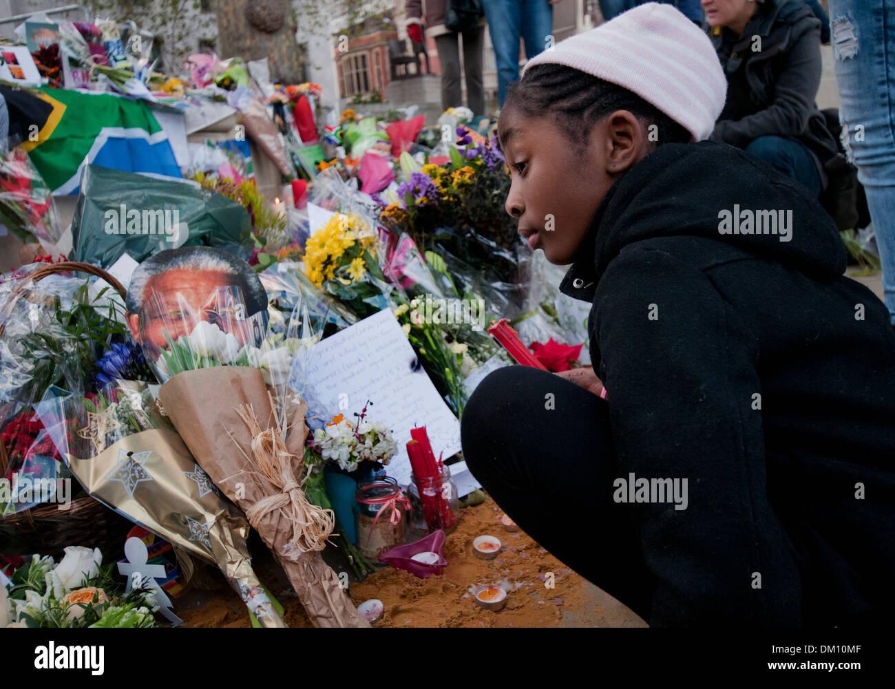 Als Hommage An Nelson Mandela Kinder Und Erwachsene Trauerte