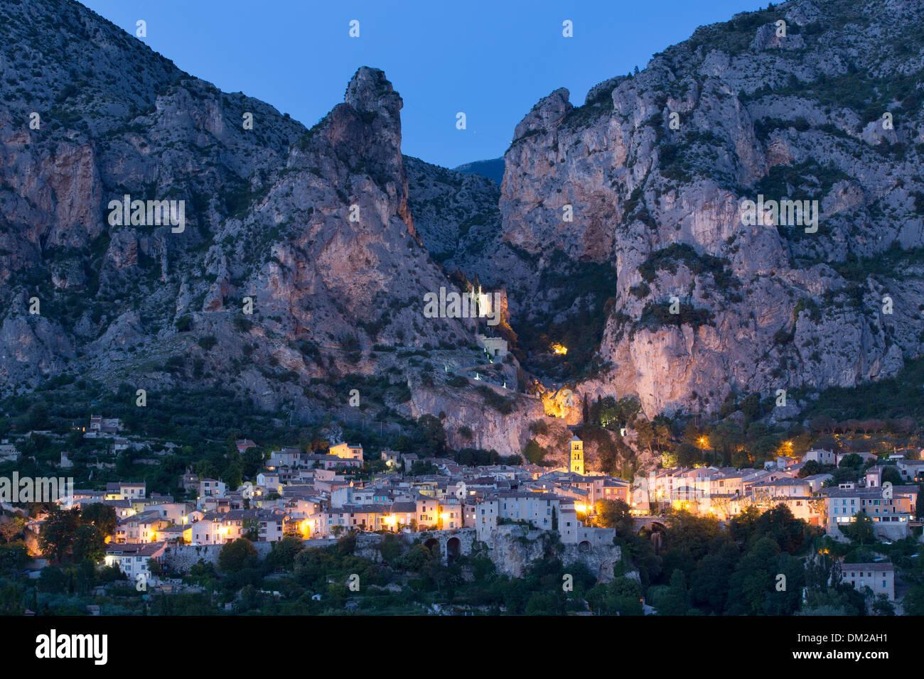 Moustiers-Sainte-Marie in der Abenddämmerung, Alpes-de-Haute-Provence, Frankreich Stockbild