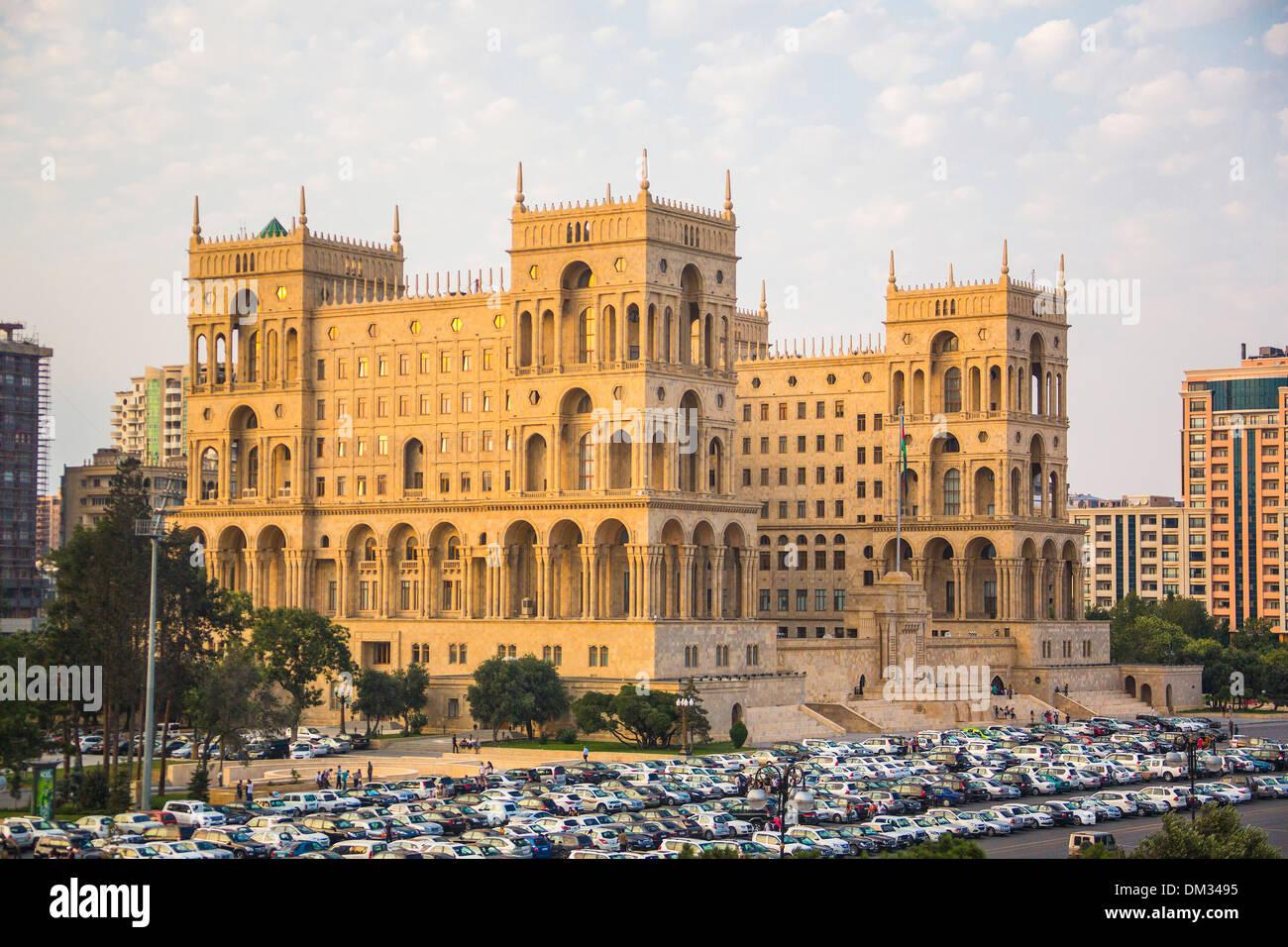 Aserbaidschan, Kaukasus, Eurasien, Baku, Regierung, Verwaltung, Architektur, Stadt, Haus, Sonnenuntergang, Reisen, Autos Stockbild