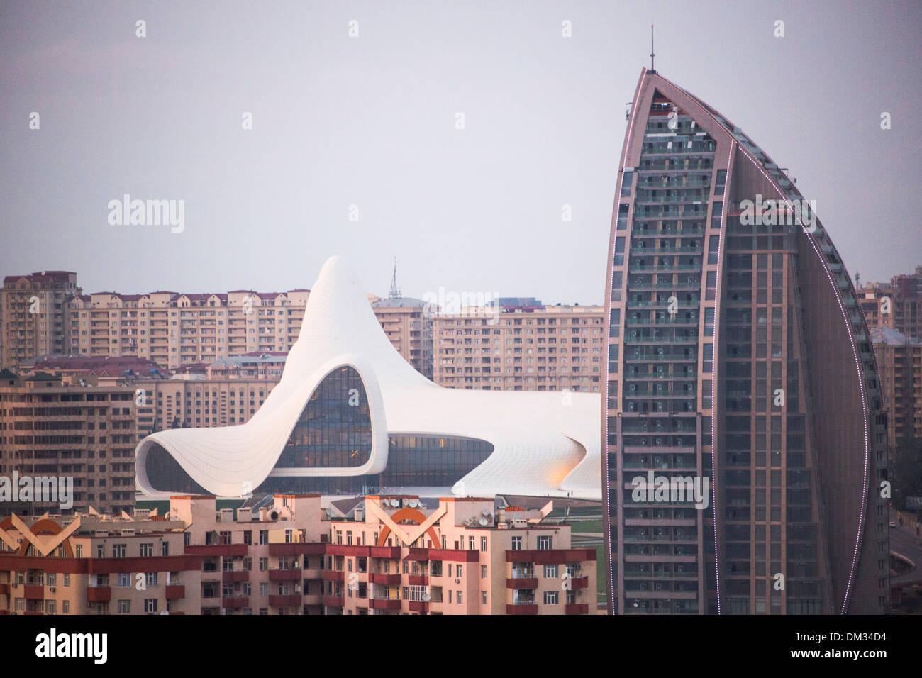 Aserbaidschan Kaukasus Eurasia Baku Gebäudearchitektur kulturelle Zentrum City Skyline Innenstadt Sonnenuntergang touristische Reisen weiß Stockbild