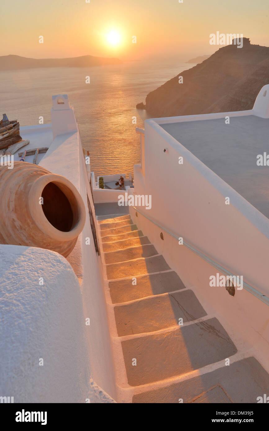 Europa Ägäis Kykladen Griechenland Santorini Thira Insel griechischen Thira Treppe Schritte Sonnenuntergang Sonne Meer Reisen Reiseziel Symbol Resorthotel Stockbild