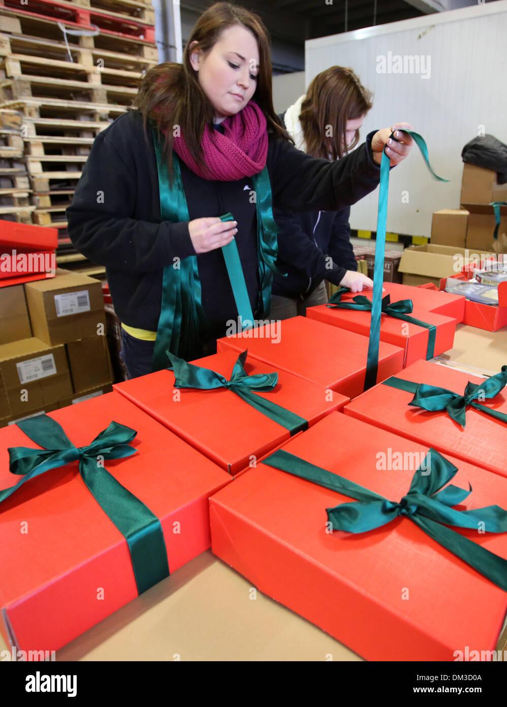 Rostock, Deutschland. 11. Dezember 2013. Weihnachtsgeschenke für ...