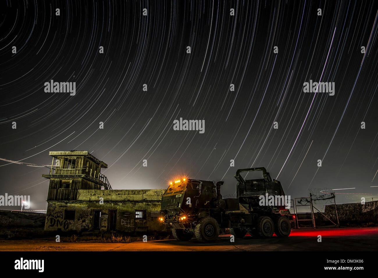 Sterne-Trail über den Nachthimmel Afghanistan in einem Zeitraffer-Foto mit einem hohen Mobilität Artillerie Raketen System an einem unbekannten Ort in Afghanistan. Stockbild