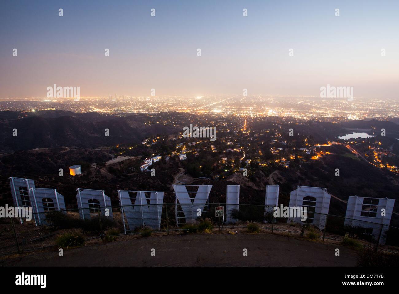 Der Blick auf den Hollywood-Schriftzug in der Nacht in Los Angeles, Kalifornien, USA Stockbild