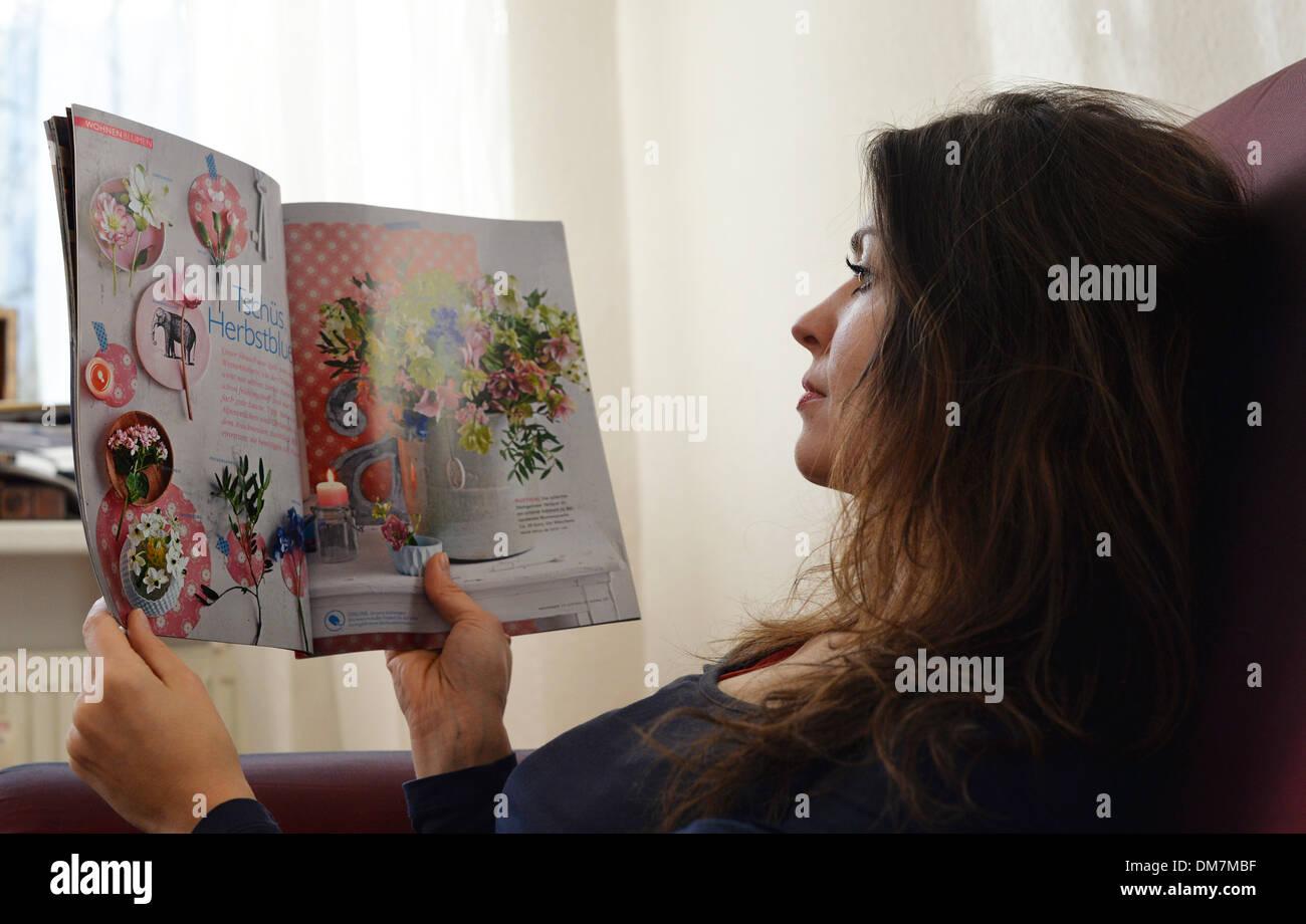 berlin deutschland 2 dezember 2013 eine junge frau liest in einer zeitschrift ber interior. Black Bedroom Furniture Sets. Home Design Ideas