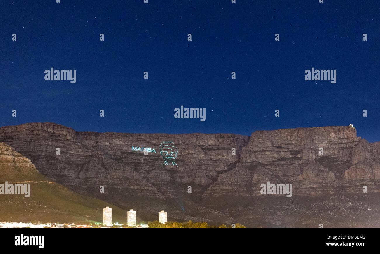 Cape Town, South Africa, Donnerstag, 12. Dezember 2013: Ein Laserbild Gliederung von Nelson Mandela wird auf Tafelberg in der Nacht um ihn nach seinem Tod am 5. Dezember 2013 zu Ehren projiziert. Madiba war seinen Clan-Namen und den Namen, mit dem er oft angesprochen wurde. Bildnachweis: Eric Nathan/Alamy Live-Nachrichten Stockbild