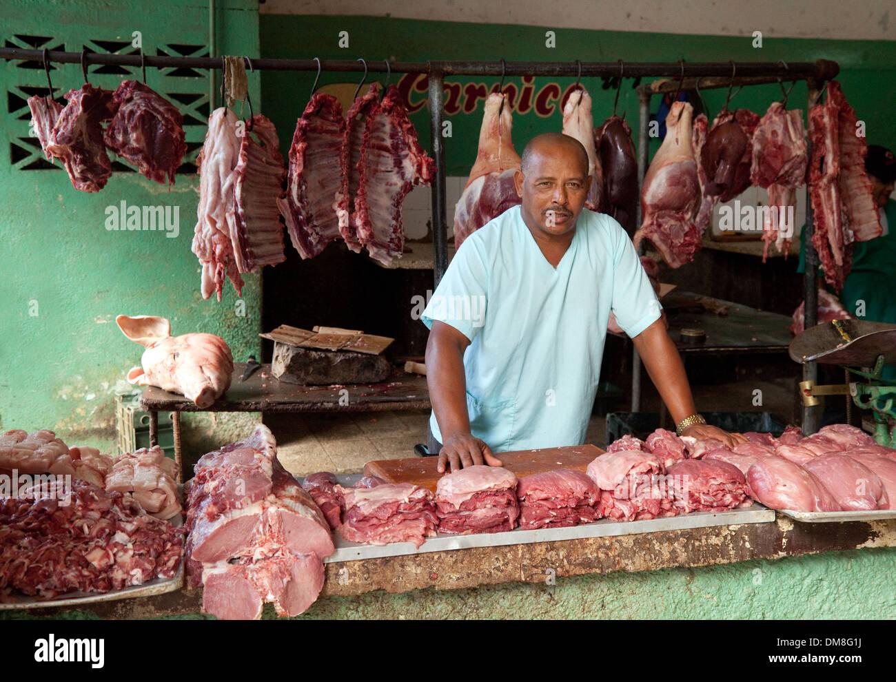 Ein Metzger mit seinem Stall des Fleisches, die Markthalle Cienfuegos, Kuba, Karibik, Lateinamerika Stockbild