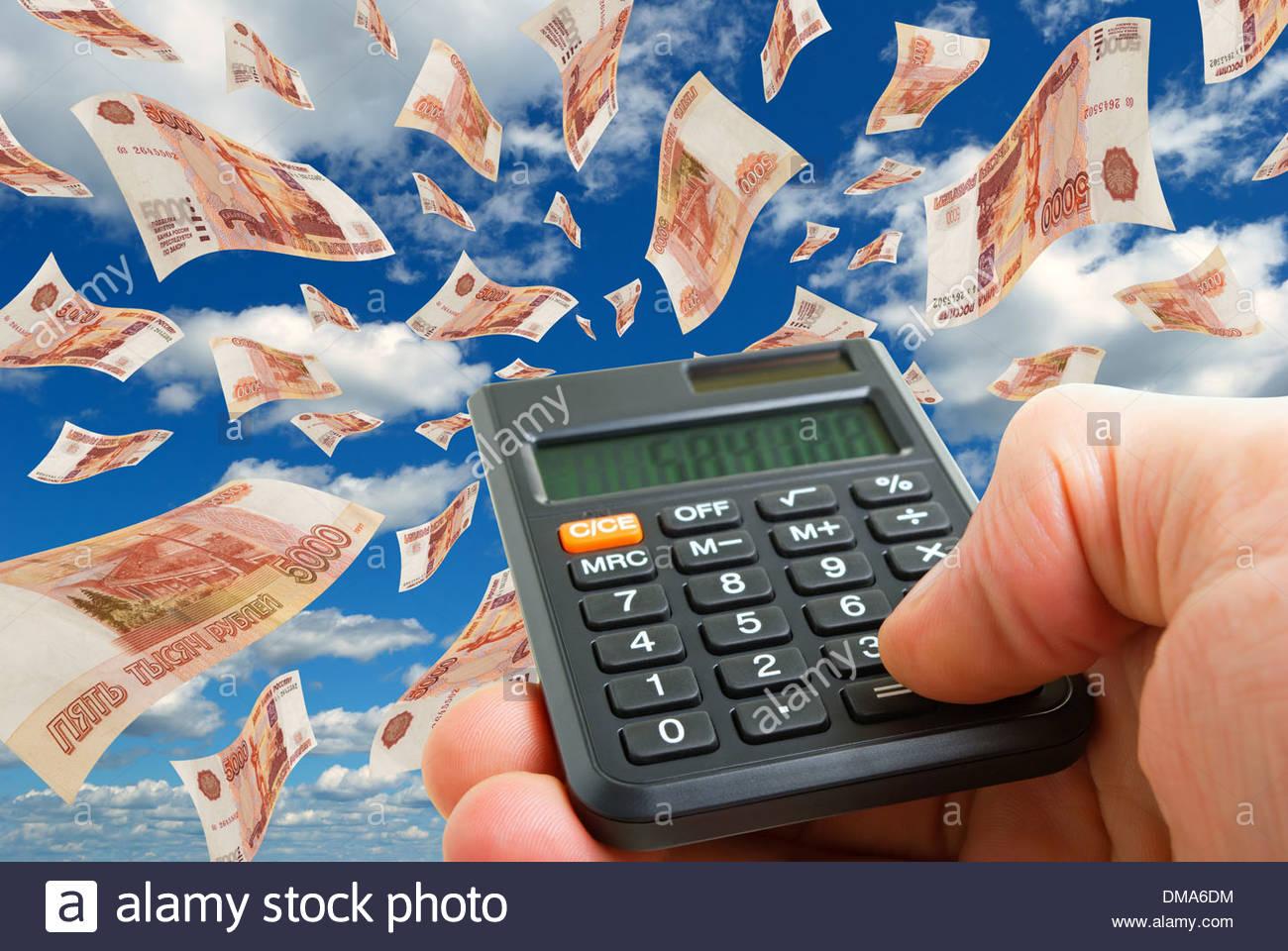 Collage mit fliegenden Rubel und Taschenrechner in der hand. Stockbild