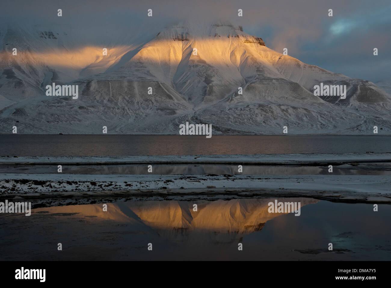 Massiv des Adventdalen und Isfjorden in der Abenddämmerung, Spitzbergen, Norwegen Stockbild