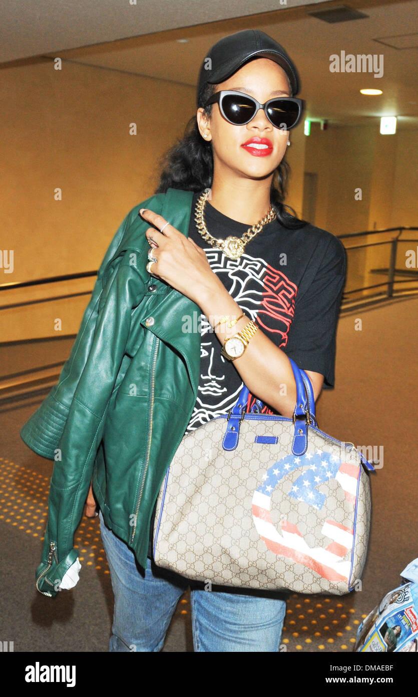 """Rihanna kommt am Narita International Airport mit einem Palast """"Versace"""" t-Shirt bekleidet und tragen eine Gucci-Handtasche vor ihr Stockbild"""