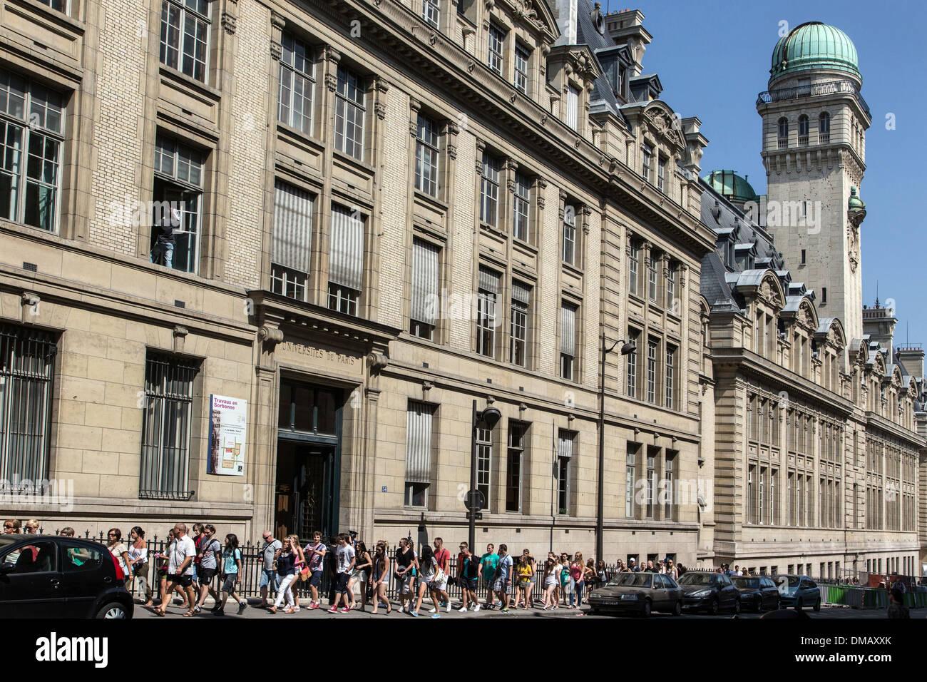 GRUPPE VON TOURISTEN VOR DER UNIVERSITÄT SORBONNE, PARIS (75), FRANKREICH Stockbild
