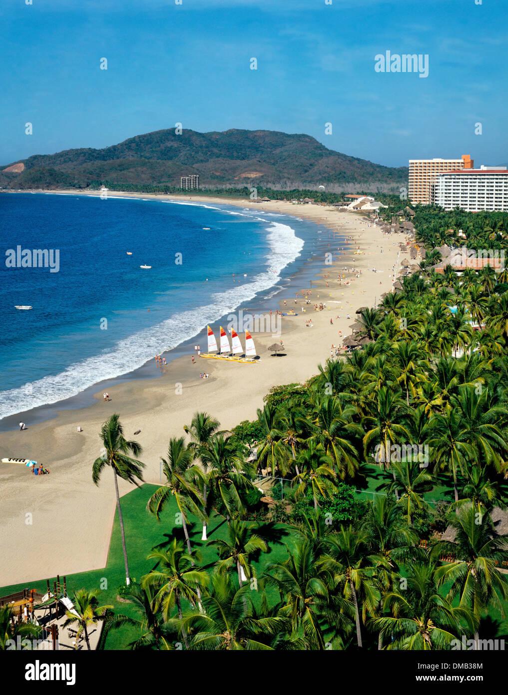 Luftaufnahme des Strandes zeigt Berglandschaft im Hintergrund, Ixtapa-Zihuatanejo, Guerrero, Mexiko Stockbild
