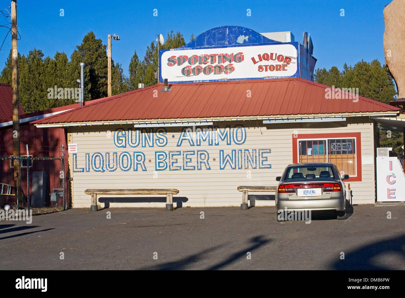 Ein Spirituosengeschäft, die verkauft auch Waffen und Munition in Zentral-Oregon Stockbild