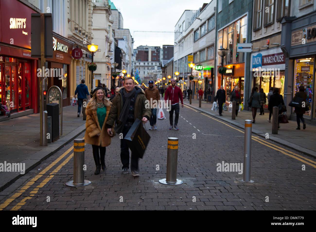 Liverpool One, Merseyside, UK 15. Dezember 2013. Große Rabatte von ...