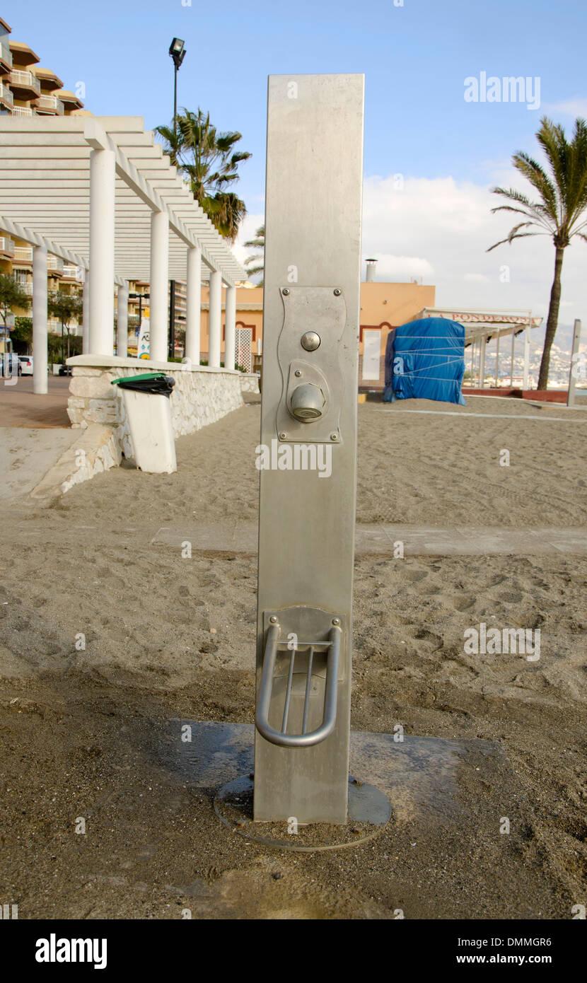 Eine moderne Fuß Dusche am Strand von Fuengirola. Costa Del Sol ...