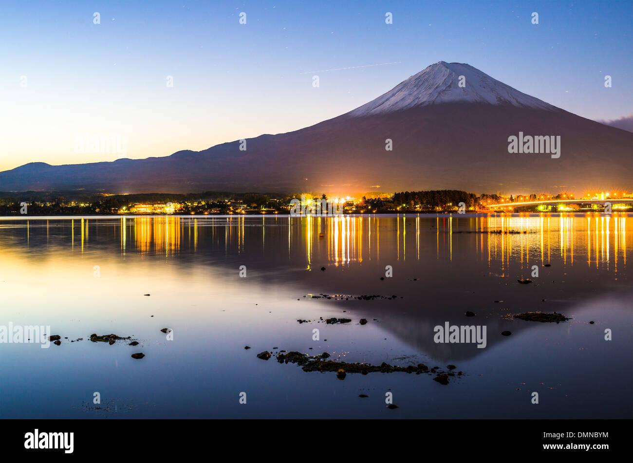Mt. Fuji in der Abenddämmerung über Kawaguchi-See in Japan. Stockbild