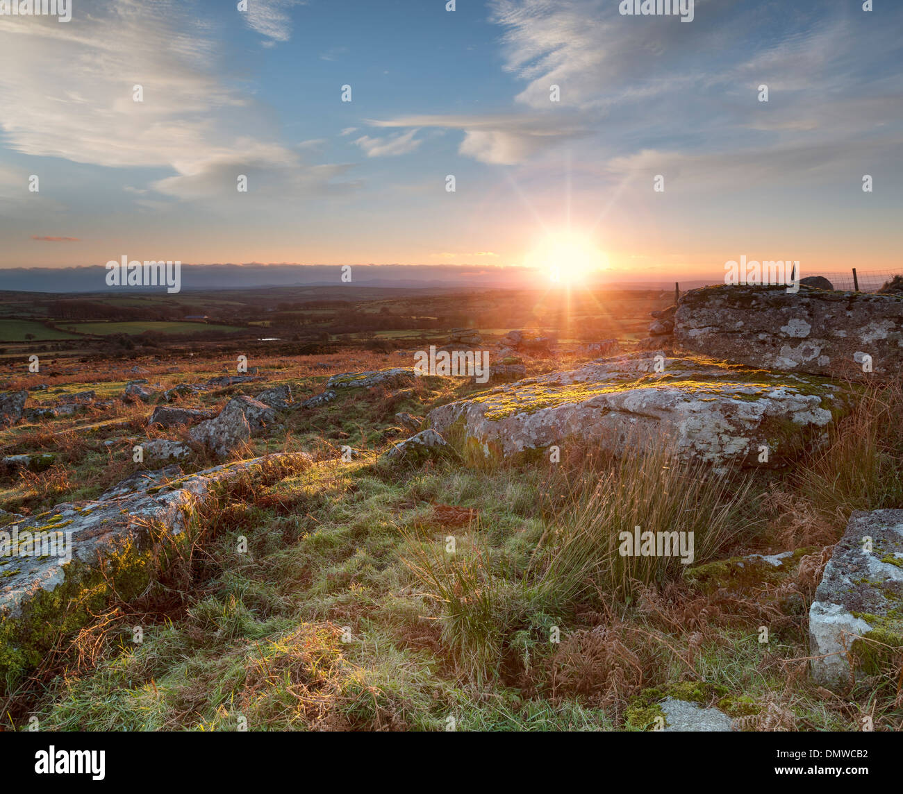 Sonnenuntergang über Carbilly Tor auf Bodmin Moor in Cornwall Stockbild